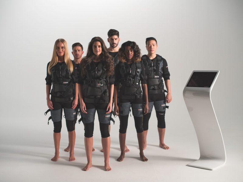 photo-groupe-montrant-des-hommes-et-femmes-en-tenue-Xbody-regardant-droit-devant-eux-